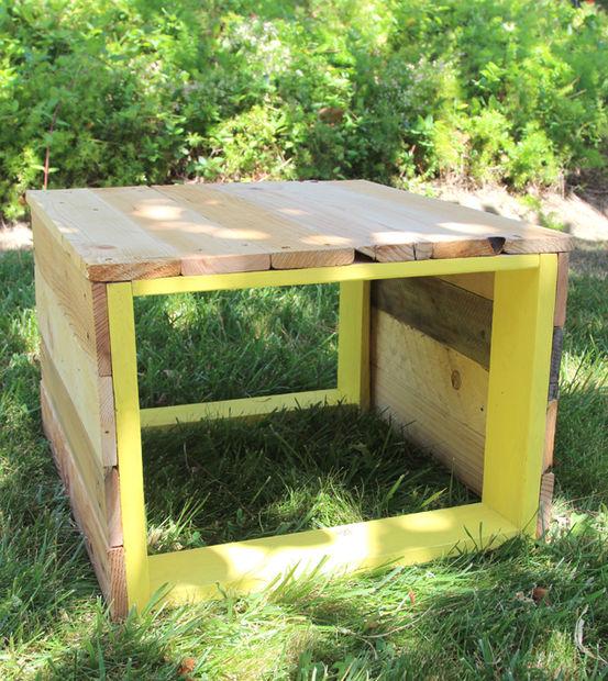 деревянный стул на траве