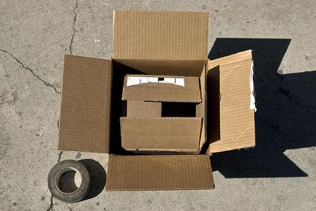 одна картонная коробка внутри другой и скотч
