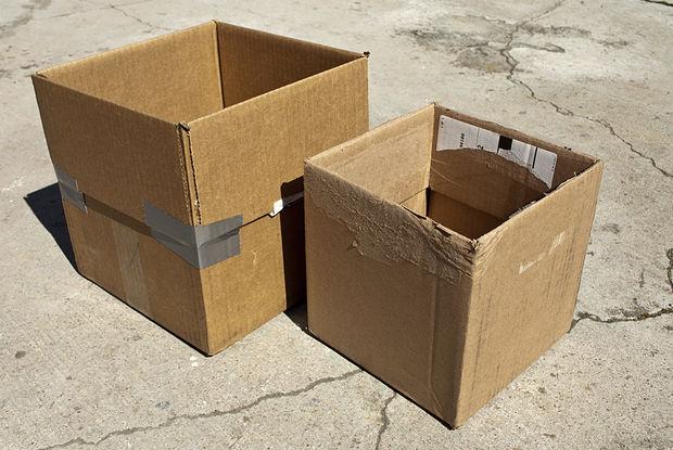 две собранные картонный коробки