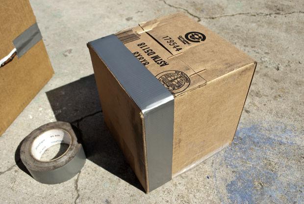 начинаем обклеивать картонную коробку скотчем
