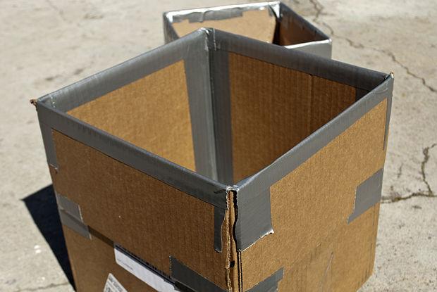 углы коробки проклеены скотчем