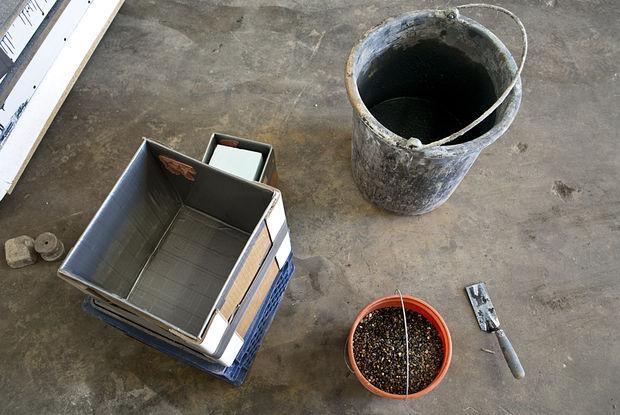 ведро бетонная смесь и коробка