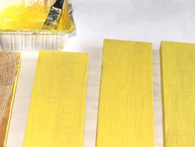 покраска досок жёлтой краской