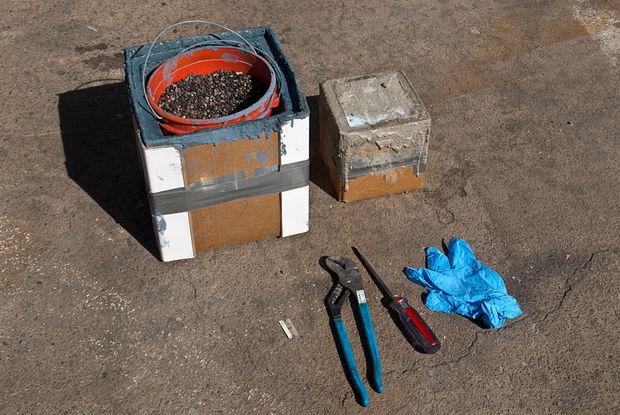 инструменты рядом с горшков в форме