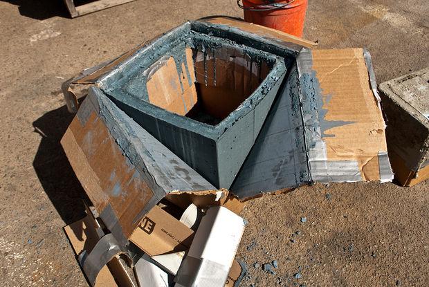 разрезанный один угол картонной коробки