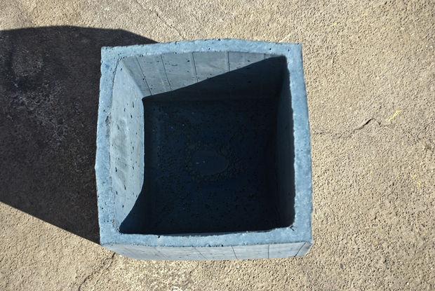 готовый бетонный горшок сверху