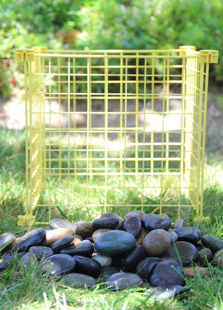 камни и металлическая решётка