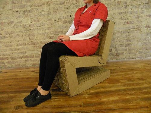 готовое кресло из картона с девушкой