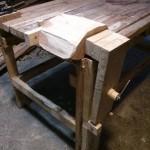 деревянный брусок зажат в тисках