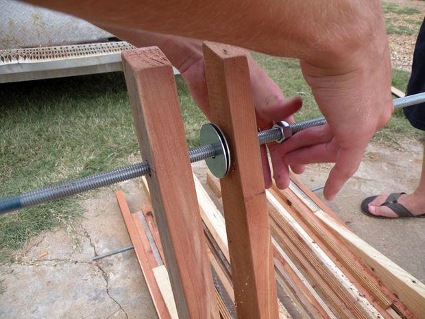 скручивание ножек стола