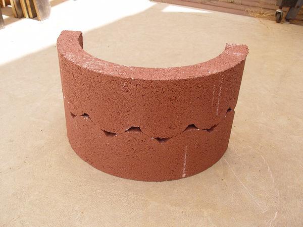 бетонные полукольца сложены вместе