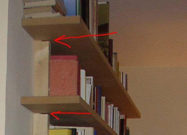 места для крепления полок у книжной полки