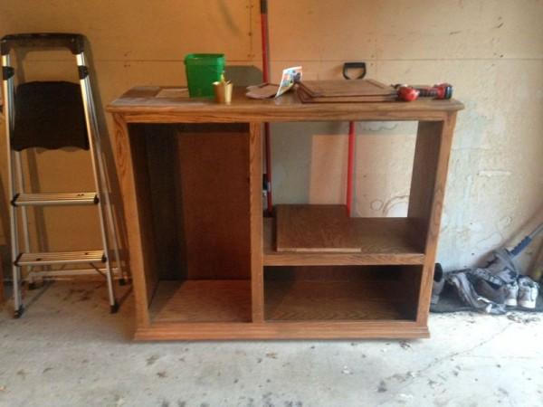 Деревянный шкаф без дверей