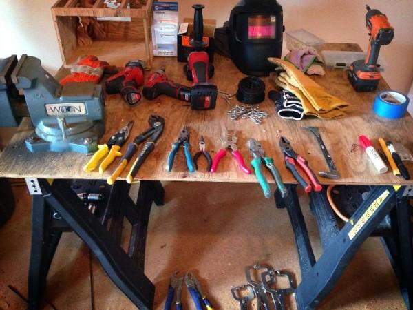Рабочий стол с инструментами
