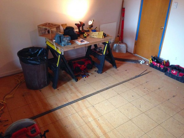 Линии сетки на полу комнаты