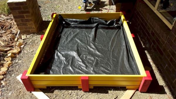 плотный материал внутри песочницы