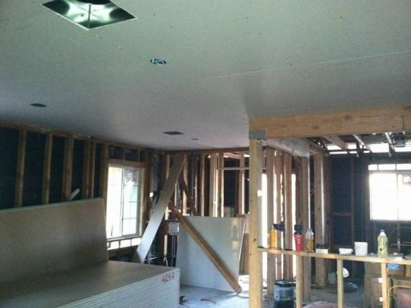 Потолок и стены дома покрытые гипсокартоном
