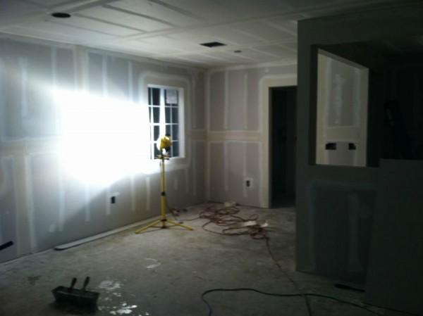 Обшитые стены и потолок гипсокартоном снимок ночью