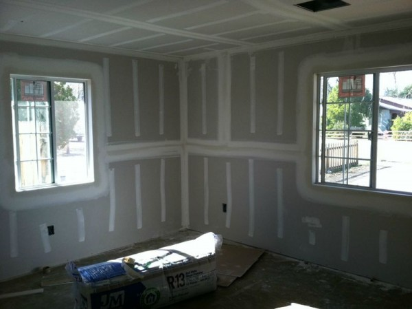 Обшитые стены и потолок гипсокартоном снимок днём