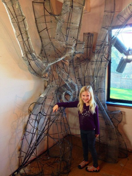 Девочка возле обшитого сеткой кркаса
