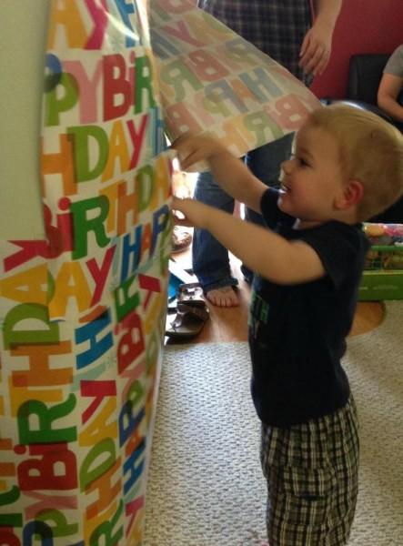Ребёнок разворачивает подарок