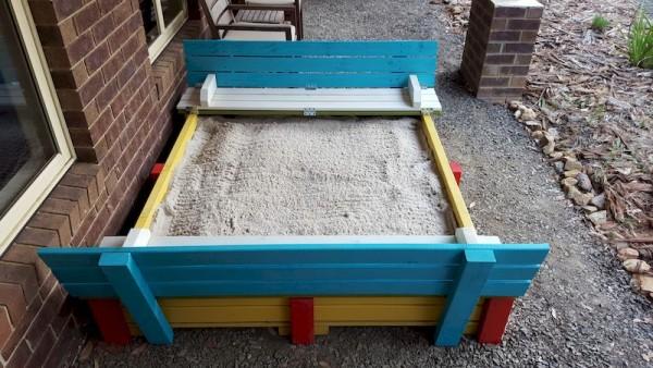 готовая песочница с сидениями с песком