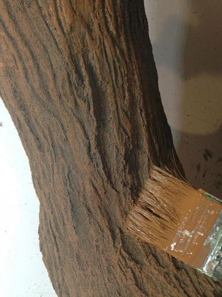 Кисточка с краской коричневого цвета