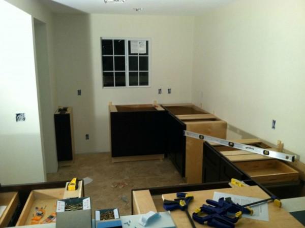 Разобранная мебель в кухне