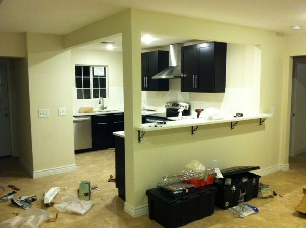 Кухня с мебелью и включённым светом