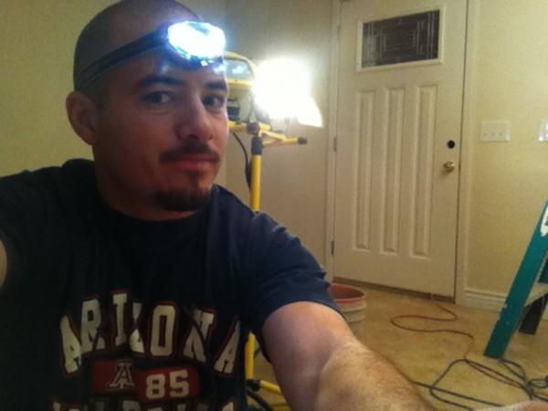 Мужчина с фонариком на лбу