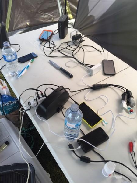 На столе заряжаются телефоны