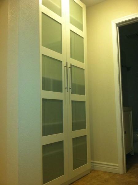 Высокий белый шкаф с дверцами