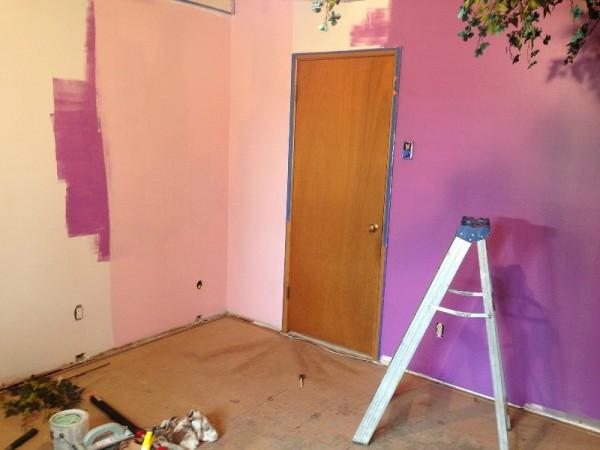 Окрашеные стены комнаты в малиновый цвет