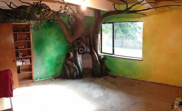 Окрашеные стены комнаты и волшебное дерево