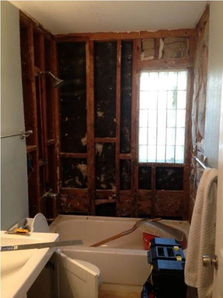 Ванная комната после демонтажа плитки