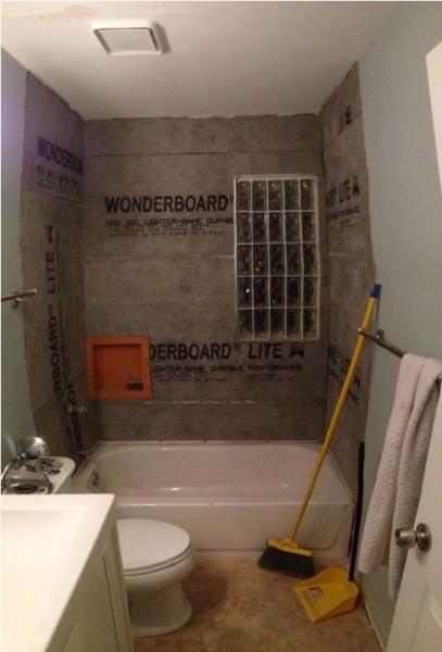 Стены ванной комнаты зашитые водонепроницаемым гипокартоном