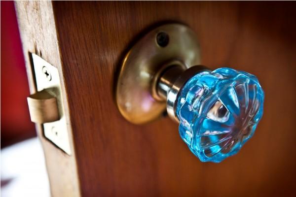 Стеклянная дверная ручка на входной двери