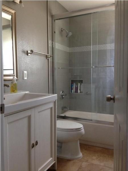 Ванная комната с стеклянной душевой дверью