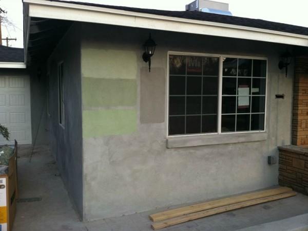 На стене дома три полосы зелёного цвета разных оттенков