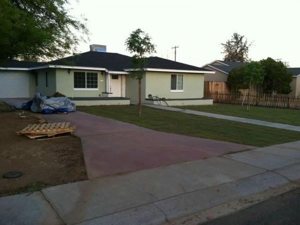 Травяной газон перед домом