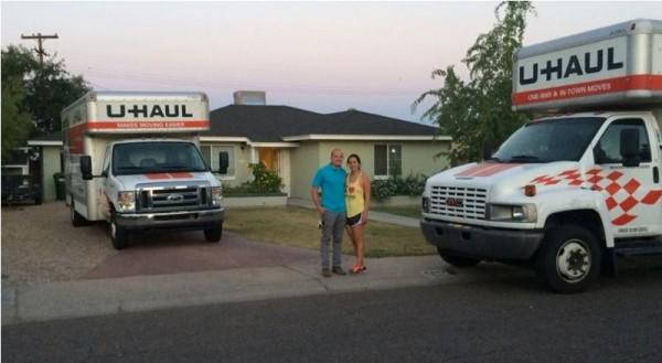 Мужчина и женщина стоят на фоне дома