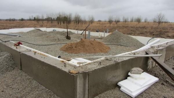Фундамент засыпан щебнем и песком