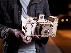 Человек держит фотоаппарат
