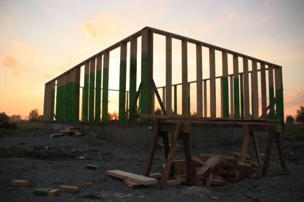 Деревянные рамы на бетонном фундаменте