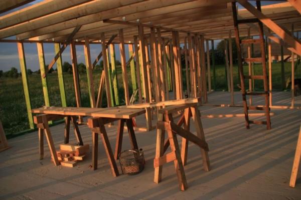 Внутри каркаса дома деревянные леса