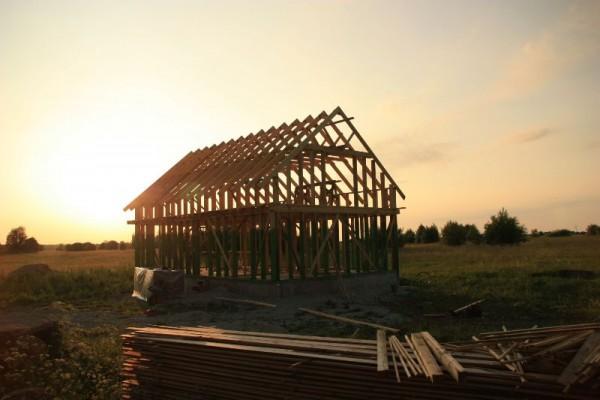 Установленный каркас дома на закате