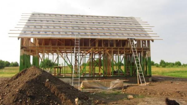 На крышу набиты длинные рейки