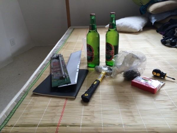 Молоток и гвозди на столе