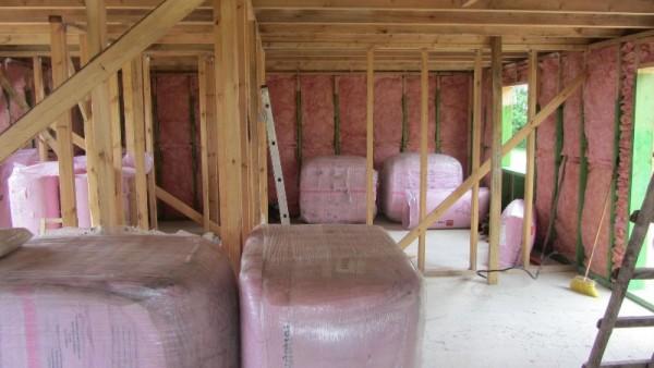 Розовый изоляционный материал в стенах