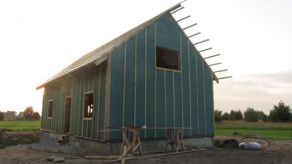На наружные стены набиты деревянные рейки
